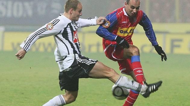 Pavel Mezlík v Brně bojuje o míč s Tomášem Poláchem.