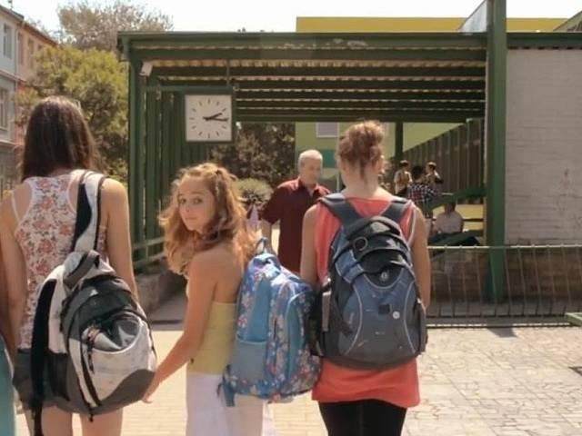 Základní škola Kubatova. Režisér ji využil, protože sem chodil.