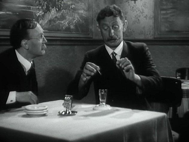 František Filipovský a Vlasta Burian u hostinského stolu. Je možné, že interiér je od Šašků.