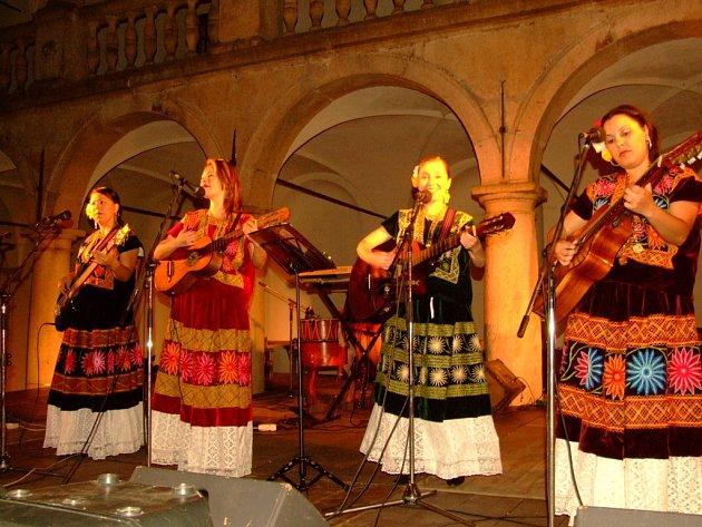 Vroce 2006nadchla publikum skupina Rosa mexicano.