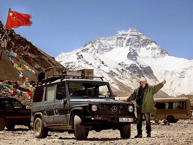 Dobrodruh Holtorf pod Everestem.
