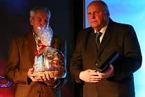 Zvláštní ocenění Jiřímu Vlčkovi předal bývalý vynikající brankář hokejistů Č. Budějovic a čs. týmu z olympijských her v Cortině 1956 Jan Vodička.