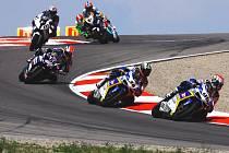 Jakub Smrž (č. 96) se svou Ducati na čele skupinky jezdců v nedělním závodě mistrovství světa superbiků na okruhu v Miller Parku nedaleko Salt Lake City.