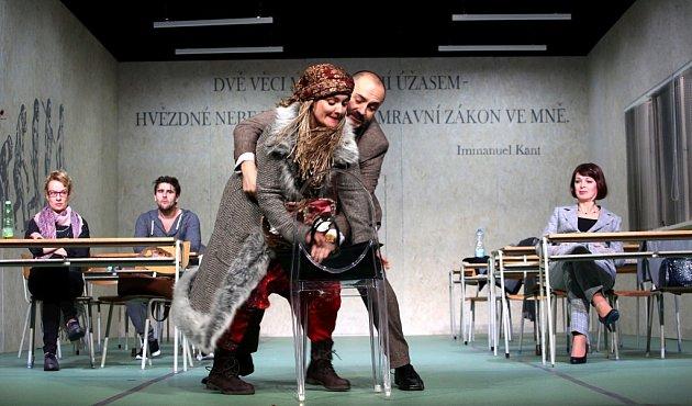 Boj rodičů střídní učitelkou zachycuje hořká komedie Úča musí pryč!, kterou nově uvádí Jihočeské divadlo. Na snímku vpopředí Dana Verzichová a Jan Kaštovský.