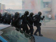 Protestní akce proti Romům se zvrtla v pouliční válku mezi demonstranty a policí.
