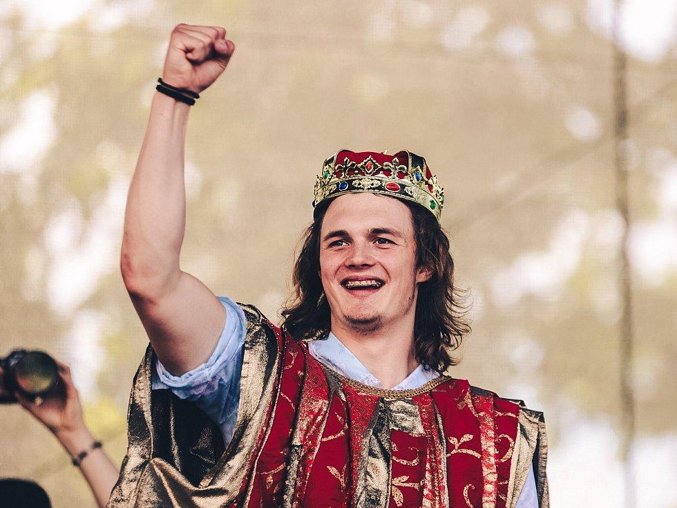 Králem majálesu se stal Vít Bezecný z gymnázia Jana Valeriána Jirsíka.