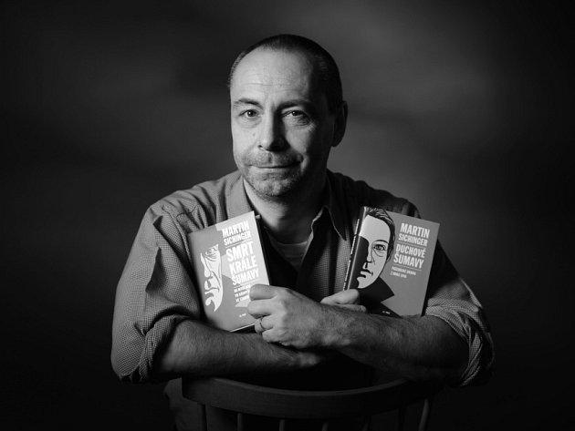 Třetí knihu ze Šumavy, svého rodného kraje, napsal Martin Sichinger (47). Pojmenoval ji Meyrovo sklo. Jde o napínavý román o hledání pokladu, který lze číst i jako příběh šumavského sklářství. Autor je držitelem Literární ceny Knižního klubu.