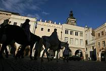Tříkrálová sbírka začala včera na českobudějovickém námestí Přemysla Otakara II., kam přijeli i králové na koních. V budějovické diecézi bude až do 14. ledna koledovat na 1345 skupinek.