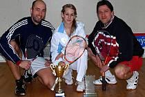 Spokojená juniorka Denisa Pelešková s trofejí a se svými trenéry v SK Zvonárna.