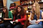 Tábor patřil od 3. do 5. října knihám, festival Tabook, zaměřený na malé nakladatele, přilákal stovky lidí. Na snímku čtou Veronika Bendová, Jana Šrámková a Ivana Myšková v Kavárně Klid.