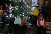 Rozsvícení vánočního stromku ve Lhoticích u Lišova.