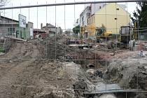 V Dobrovodské ulici se kope, ale stavba tunelu pod kolejištěm se zatím nechystá.