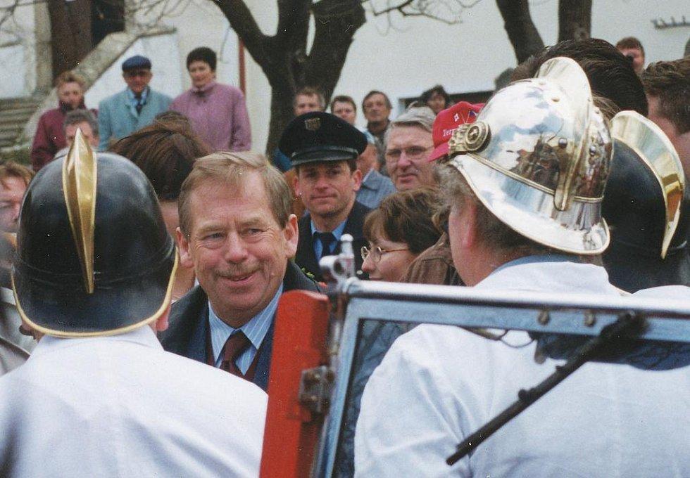 Fotografie z návštěvy prezidenta Václava Havla 6. dubna 2000 ve Svatém Jánu nad Malší