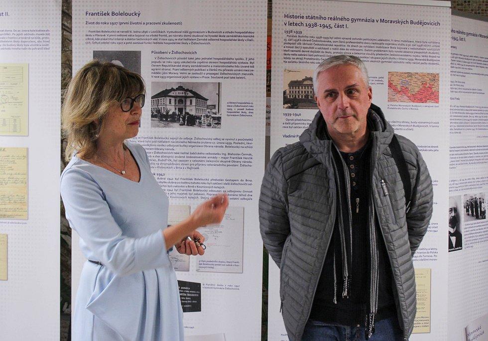 Paní učitelka Dagmar Boudová s archivářem Vlastimilem Koldou.