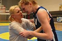 Zraněná Petra Reisingerová a trenérka Marcela Krämer