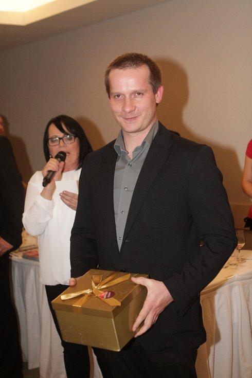 Slavnostní večer k ukončení třetího ročníku projektu Chováme se odpovědně. Na snímku je Jiří Šindelář z písecké firmy Algorit.