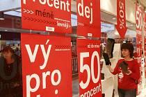 V mnoha českobudějovických obchodech jsou nyní slevy, které místy dosahují až 70 procent. Na snímku prodejna obuvi v centru IGY.