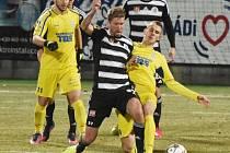 Richard Kalod v zápase s Varnsdorfem dostal čtvrtou žlutou kartu, ve Znojmě tudíž bude v pátek chybět (na snímku ho atakuje varnsdorfský Lischka).