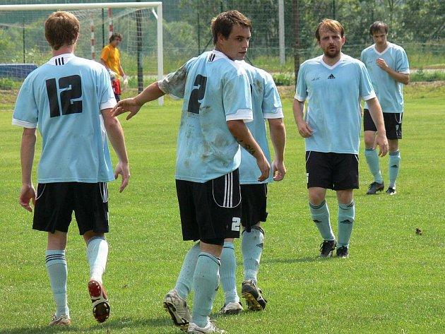 Ševětín postoupil do I. A. na snímku se radují z gólu (zleva) Jiří Ludvík, Patrik Mohamed, Jan Rezek a Aleš Matoušek.