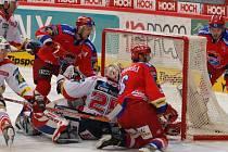 Viktor Hübl zvyšuje za přispění svých spoluhráčů Kamila Brabence (vlevo) a Michala Hudce (za brankou) na 4:3. Pardubický gólman Lašák už nemůže zasáhnout.