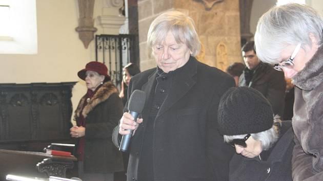 Poslední rozloučení s básníkem, textařem a novinářem Janem Schneiderem, který zemřel 1. prosince ve věku 80 let, se konalo 12. prosince v kostele Narození Panny Marie v Písku. Zpěvák Václav Neckář doprovázel vdovu Libuši Schneiderovou.