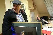 Jiří Šesták končí k 1. listopadu 2014 jako ředitel Jihočeského divadla. Na snímku při vyklízení kanceláře, v ruce má fotografii Evy Urbanové, v pozadí mu mává jeho nástupce Lukáš Průdek.