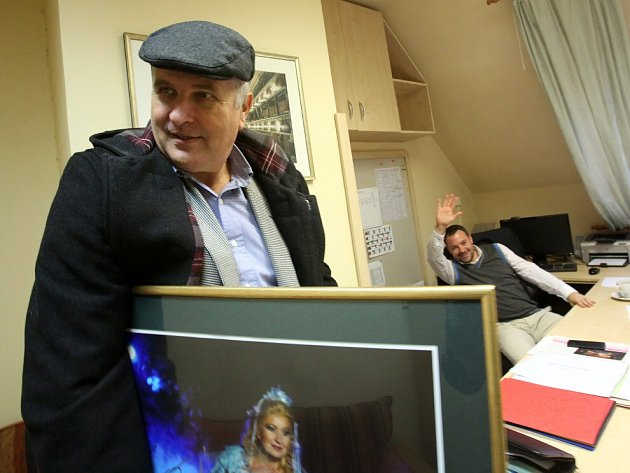 Jiří Šesták končí k1. listopadu 2014jako ředitel Jihočeského divadla. Na snímku při vyklízení kanceláře, vruce má fotografii Evy Urbanové, vpozadí mu mává jeho nástupce Lukáš Průdek.