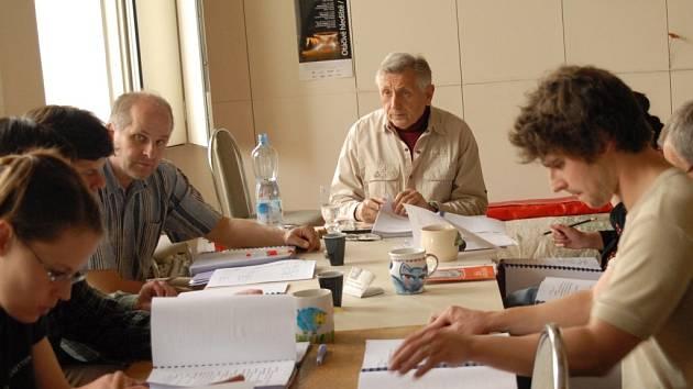 Režisér Jiří Menzel  a členové činoherního souboru JD při jedné ze čtených zkoušek.