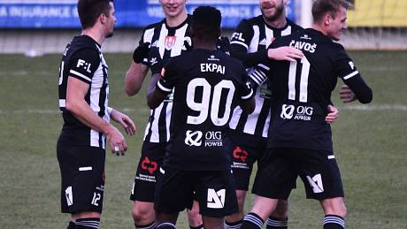 Radost fotbalistů Dynama v zápase s Teplicemi po vítězném gólu Maksyma Talovierova.