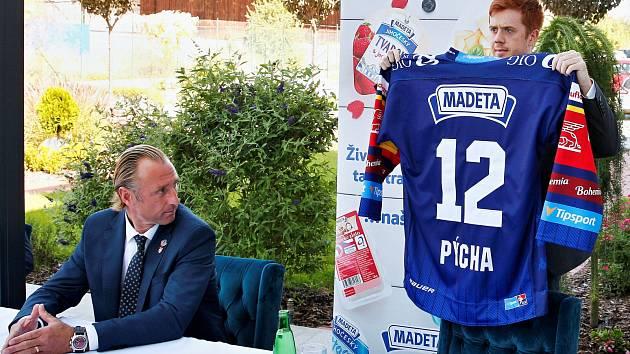 Kapitán Madeta Motoru Pavel Pýcha představuje nový dres pro nadcházející extraligovou sezonu, který vybrali sami fanoušci. Trenér Václav Prospal se zájmem přihlíží.