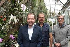 Na snímku jsou zleva místostarosta Bernhard Baier, specialista Johann Kienbichl a vedoucí zahrady Friedrich Schwarz.
