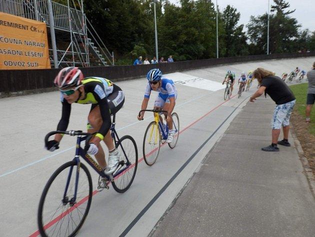 DRÁHA. O jihočeských úspěších v dráhové cyklistice nebylo dlouho slyšet. V poslední době se na dráze daří zvláště kadetu Petru Klabouchovi (vlevo). Nedávno vyhrál závod v Prostějově.