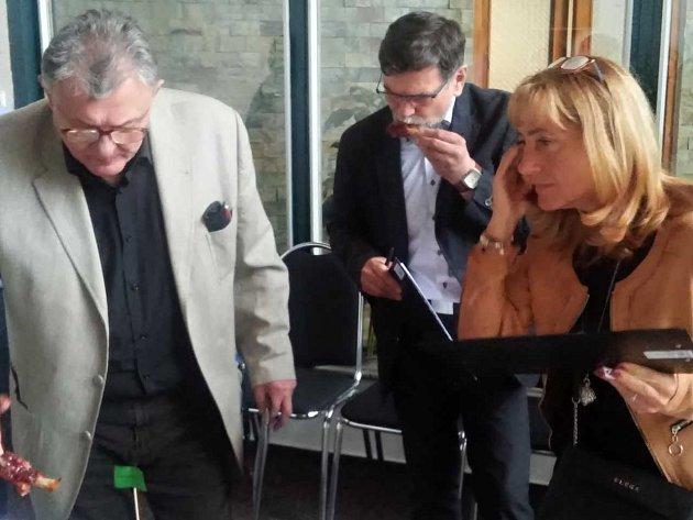 HODNOTITELÉ. Na snímku tři z nich: (zleva) lékař Petr Petr, ředitel Krajské veterinární správy František Kouba a ředitelka Krajské hygienické stanice Kvetoslava Kotrbová.
