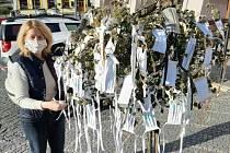 """Dobrovolníci v Týně nad Vltavou například šijí roušky. Těmi """"obroste"""" strom na náměstí třikrát denně. Vzít si může, kde chce. Do půl hodiny prý vždycky všechny zmizí."""