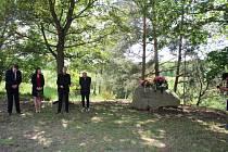 Tragickou událost, která se krátce po II. světové válce udála v Tušti na Jindřichohradecku včera připomněl pietní akt. Účastnili se místní obyvatelé i protagonisté filmu Krajina ve stínu.