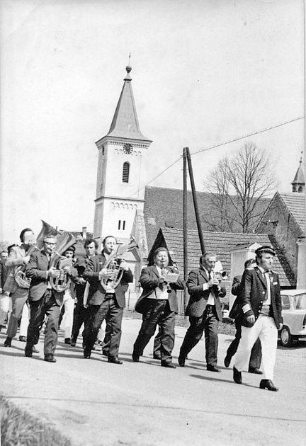 Dechovka Vlachovka na snímku zroku 1975vPurkarci.