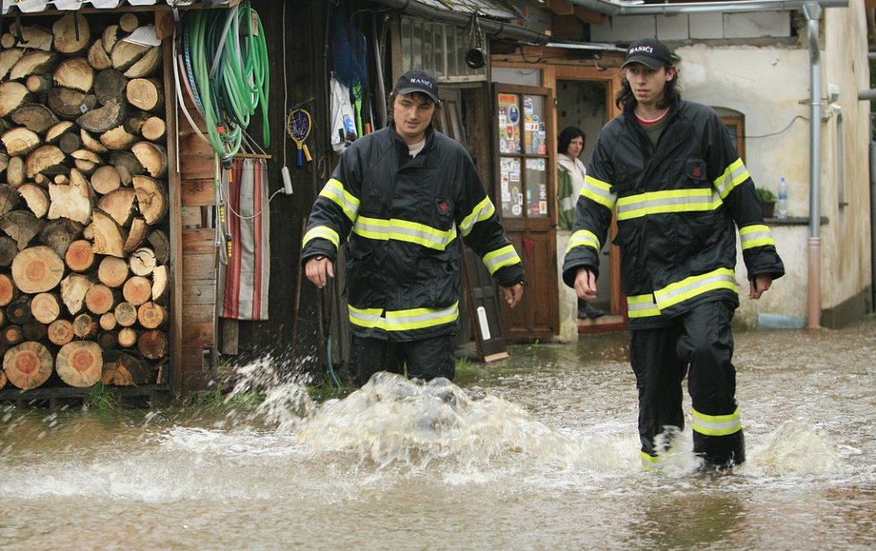 Dramatická byla situace na Českokrumlovsku. Rozvodněný tok řeky Černé zatopil dům v Benešově nad Černou