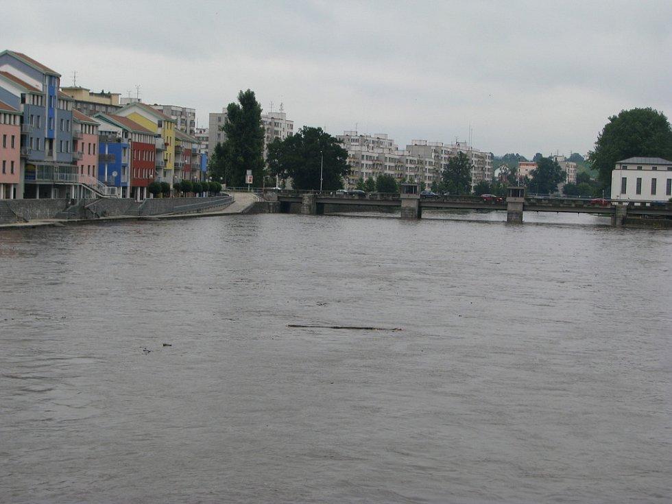 Dlouhý úterní déšť zvedl výrazně hladinu vody v písecké Otavě. Povodně ale zatím nehrozí.