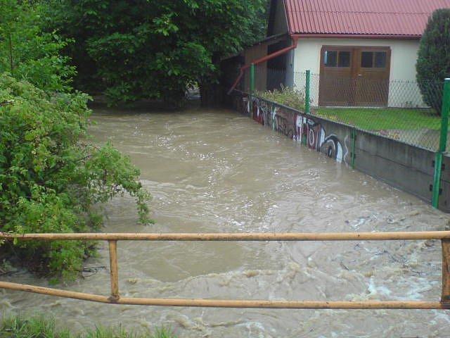 V Pašínovicích zahrozil rozvodněný potok.