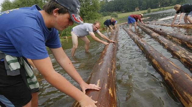Členové spolku Vltavan stavěli po celou sobotu ve velké zátoce na Vltavě v Purkarci asi šedesátimetrový pramen.