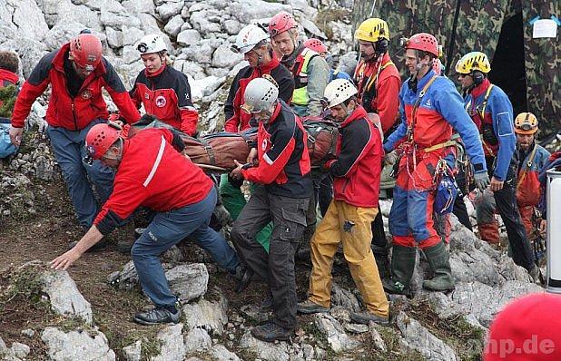 700 lidí zachraňovalo jeskyňáře.