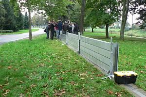 Protipovodňová stěna na Jiráskově nábřeží.