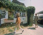 Zřejmě se jedná o výlepní plochu u autobusáku v písecké Nádražní ulici. Dívka si prohlíží plakáty.