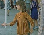 Přechod pro chodce u píseckého hotelu Otava v Komenského ulici. Dívenka přechází po zebře tam a zpět a napodobuje panáčka, když na semaforu naskočí zelená.