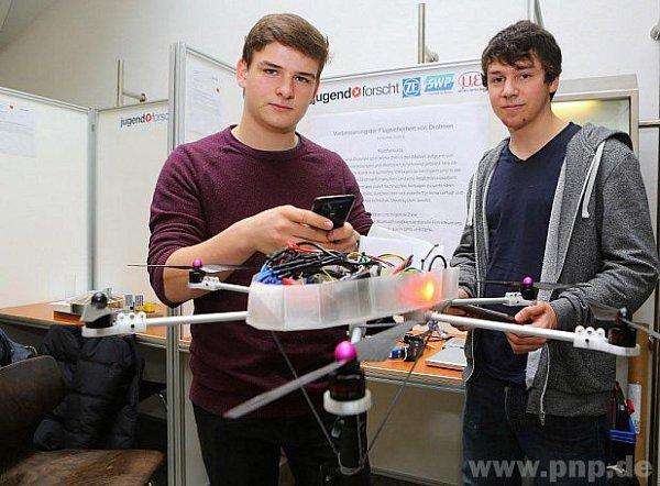 Studenti a jejich dron.