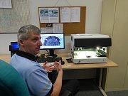 Petr Kučera, specialista na padělky (na snímku), vysvětluje, jak nový přístroj funguje. Policisté s ním kontrolují nejen cestovní či osobní doklady, ale třeba také jízdenky na MHD či stravenky.