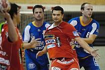 Třeboňská Jiskra prohrála ve Frýdku – Místku rozdílem třinácti branek. Jediný, kdo snesl přísnější měřítko trenéra Vladislava Jordáka, byl Robert Kotlaba (vlevo brání s Čapkem).