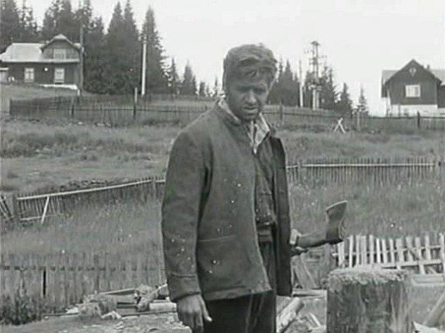 Záběr zfilmu Černý vlk, který se natáčel na Šumavě. Vpravo je vidět původní chalupa dnešního penzionu Černý vlk.