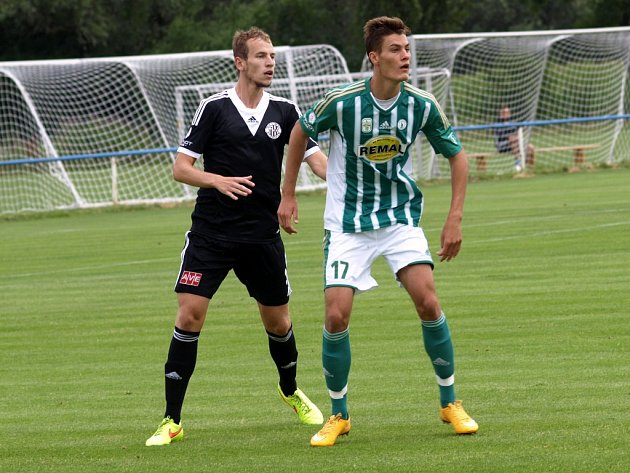 Stoper Jakub Hric v zápase Dynama s Bohemians (3:3) hlídá Patrika Schicka.