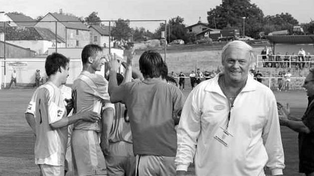 Divizní Horažďovice (vpravo na snímku trenér Karel Krejčí) se v Jankově radují z Beránkova gólu. V 65. minutě hosté vedli v Jankově už 2:0, přesto domácí fotbalisté dokázali skvělým finišem zápas zremizovat!